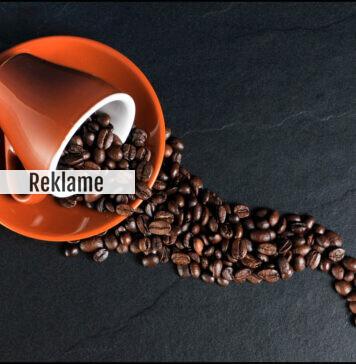 Kaffebønner i væltet kop